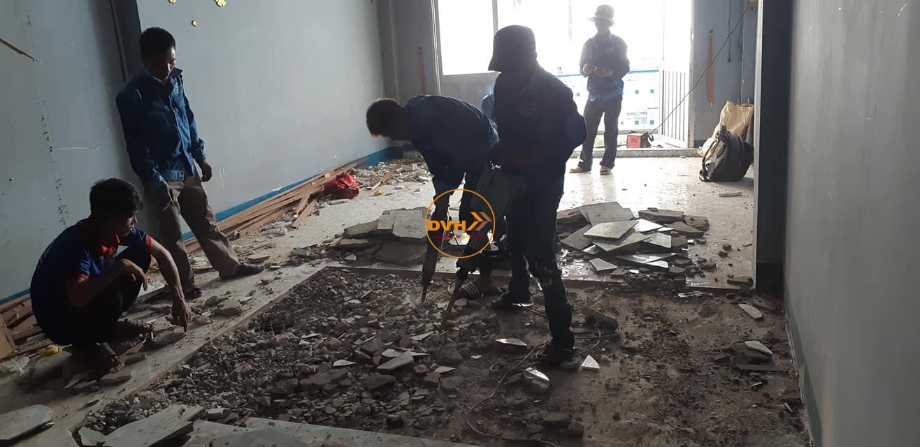 Đục gạch thay nền gạch mới cho ngồi nhà