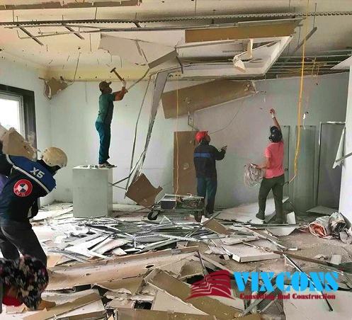 Đội ngũ nhân viên chăm chỉ, có nhiều năm kinh nghiệm trong lĩnh vực sửa chữa nhà sẽ làm quý khách hàng hài lòng